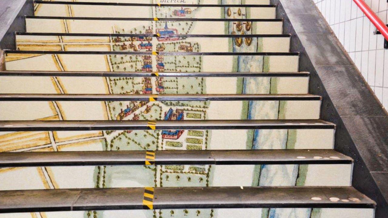 Historische kaarten Blerick op trappen bij station