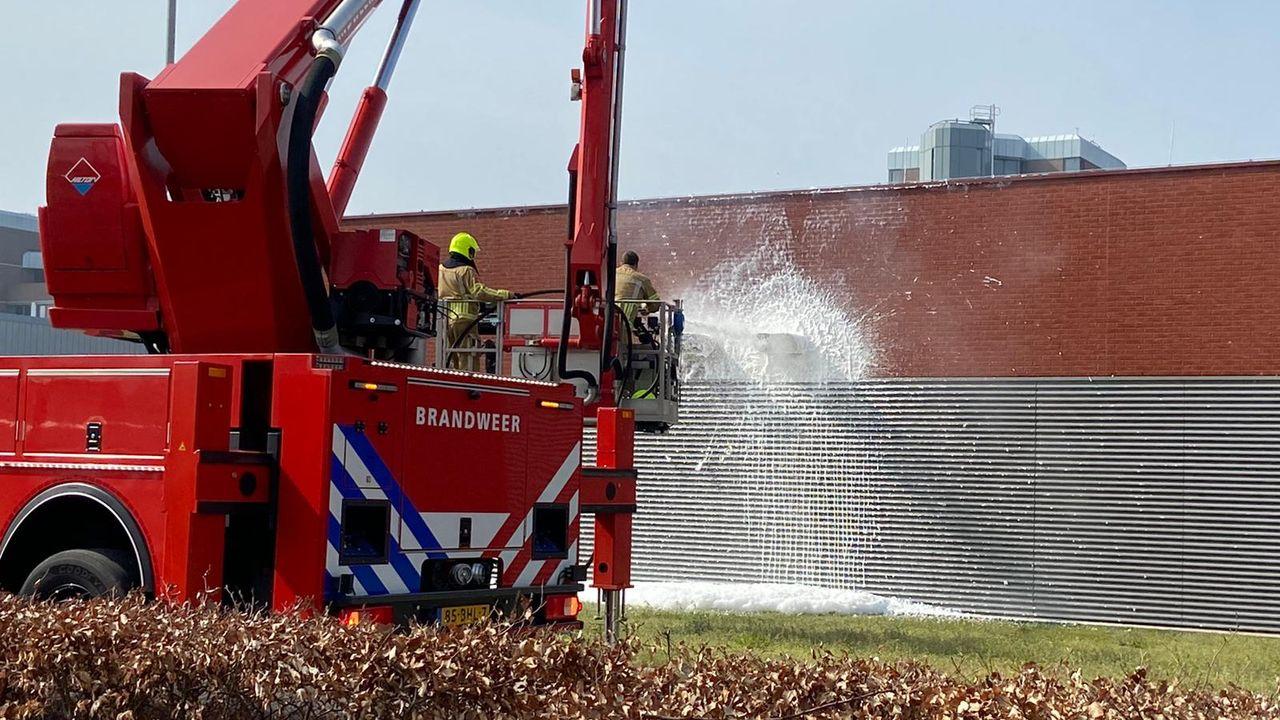Brandweer blust vuur in bijgebouw VieCuri