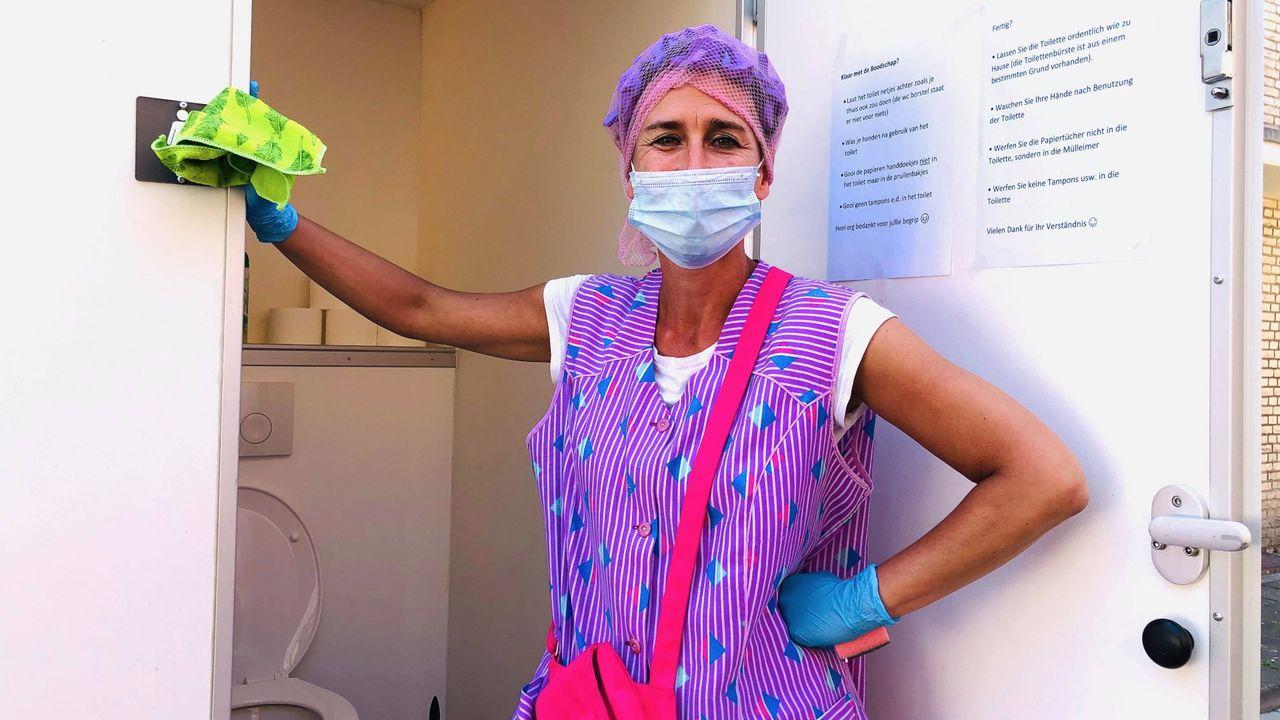 Toiletjuffrouw Sjaan met wc-voorziening achter het stadhuis