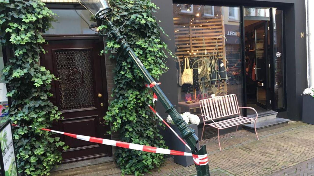 Bezorgbus rijdt lantaarnpaal Gasthuisstraat omver