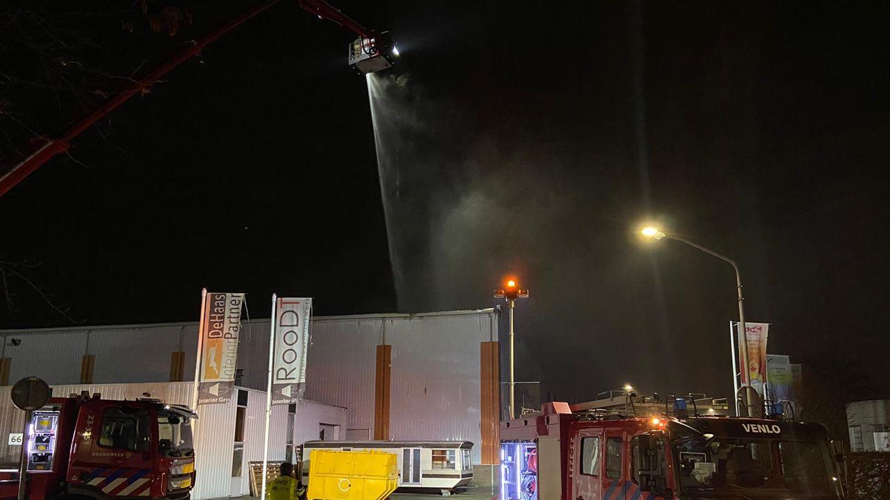 Grote brand in dak bij bedrijf in Blerick