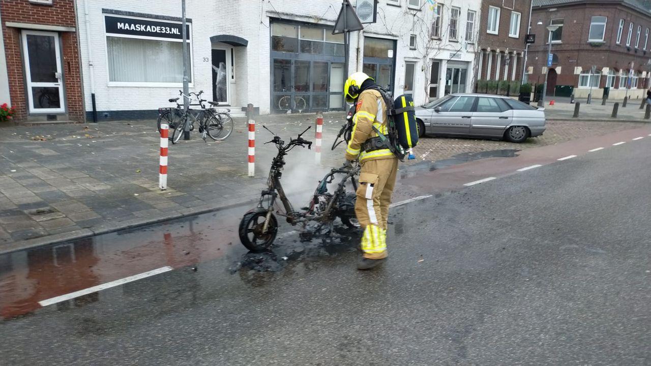 Brandweer blust brandende scooter