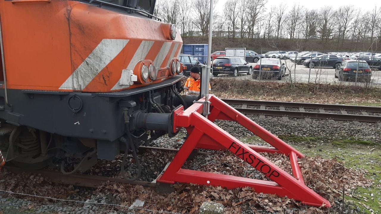 Schade aan spoor door trein die stootblok raakt