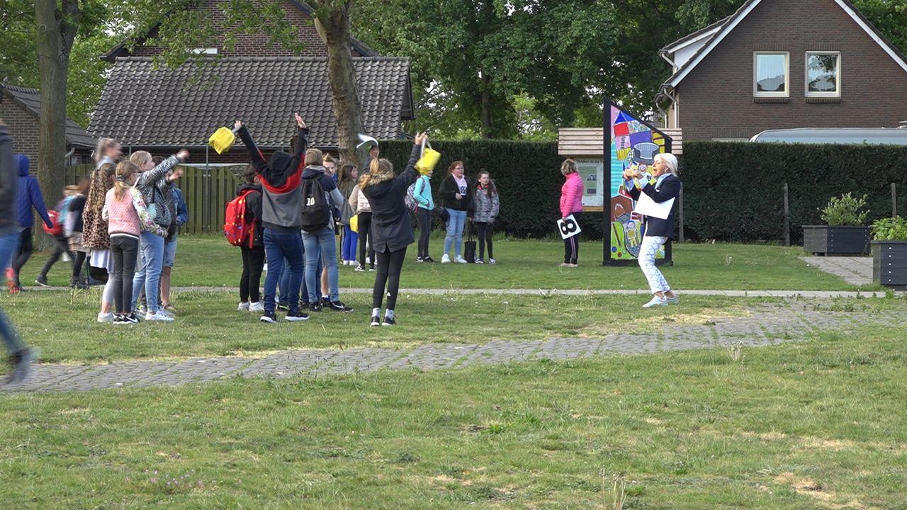 Afzetlint, spatborden en ballonnen op heropende school