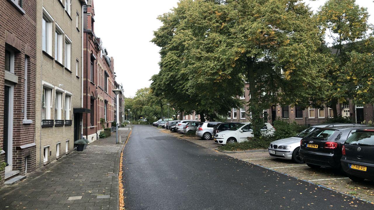 Geen oplossing voor te krappe parkeervakken in Venlose wijken
