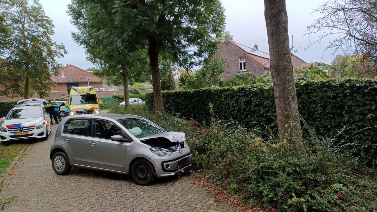 Auto vliegt uit bocht in Hout-Blerick