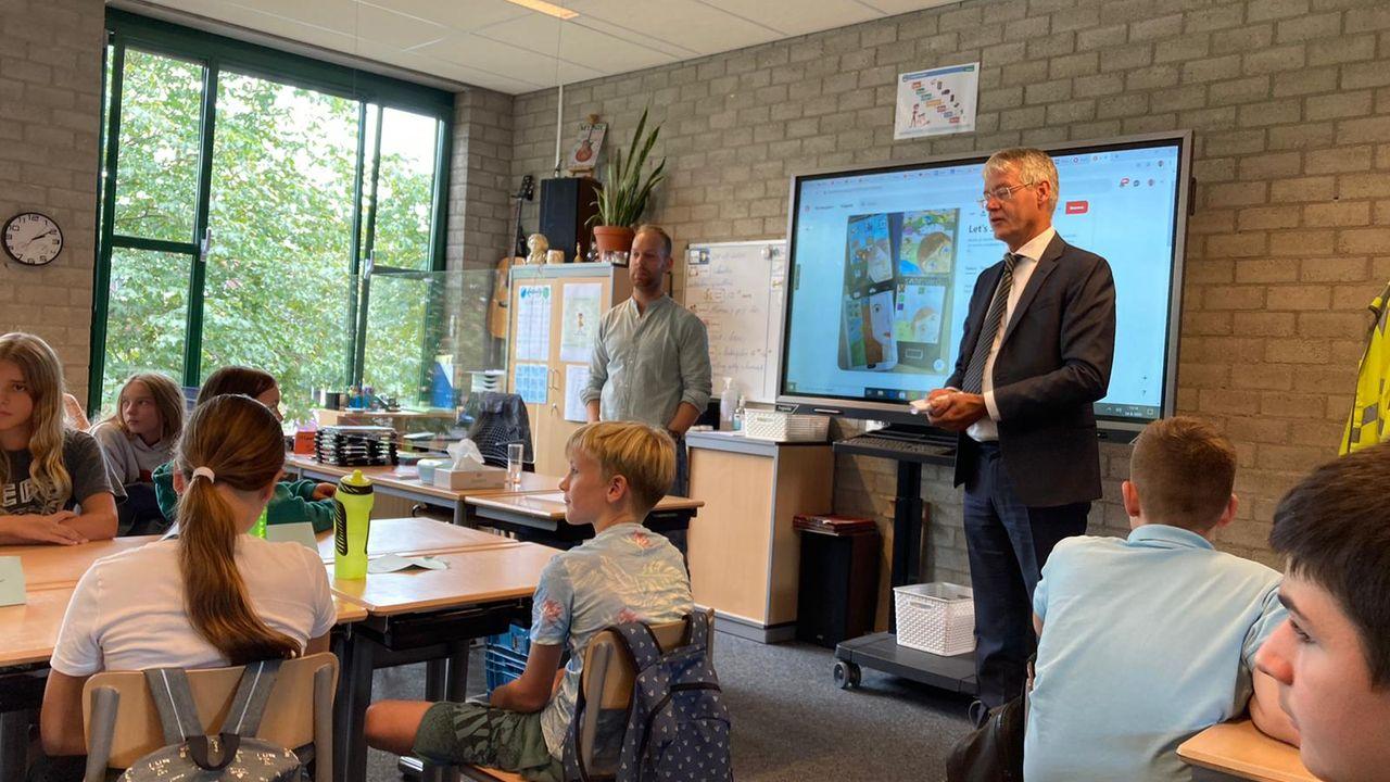 Minister Slob bezoekt basisschool Sint Martinus en Valuascollege