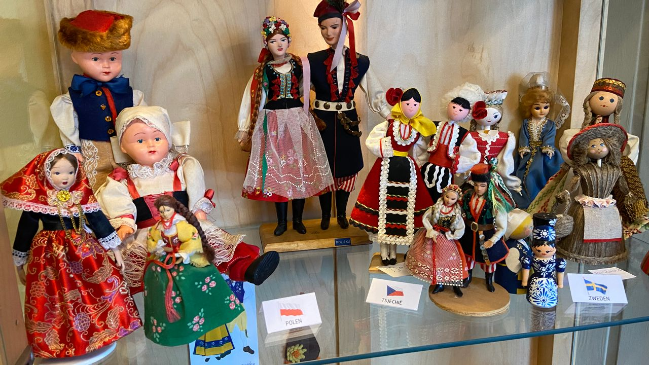 Folkloristische wereldpoppen in Wereldpaviljoen Steyl