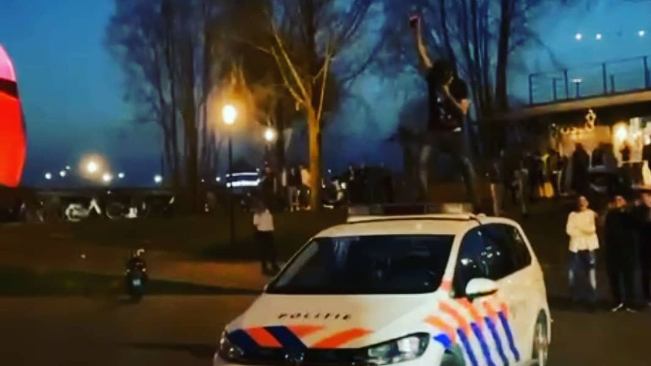 Man die over politieauto liep zit nog vast