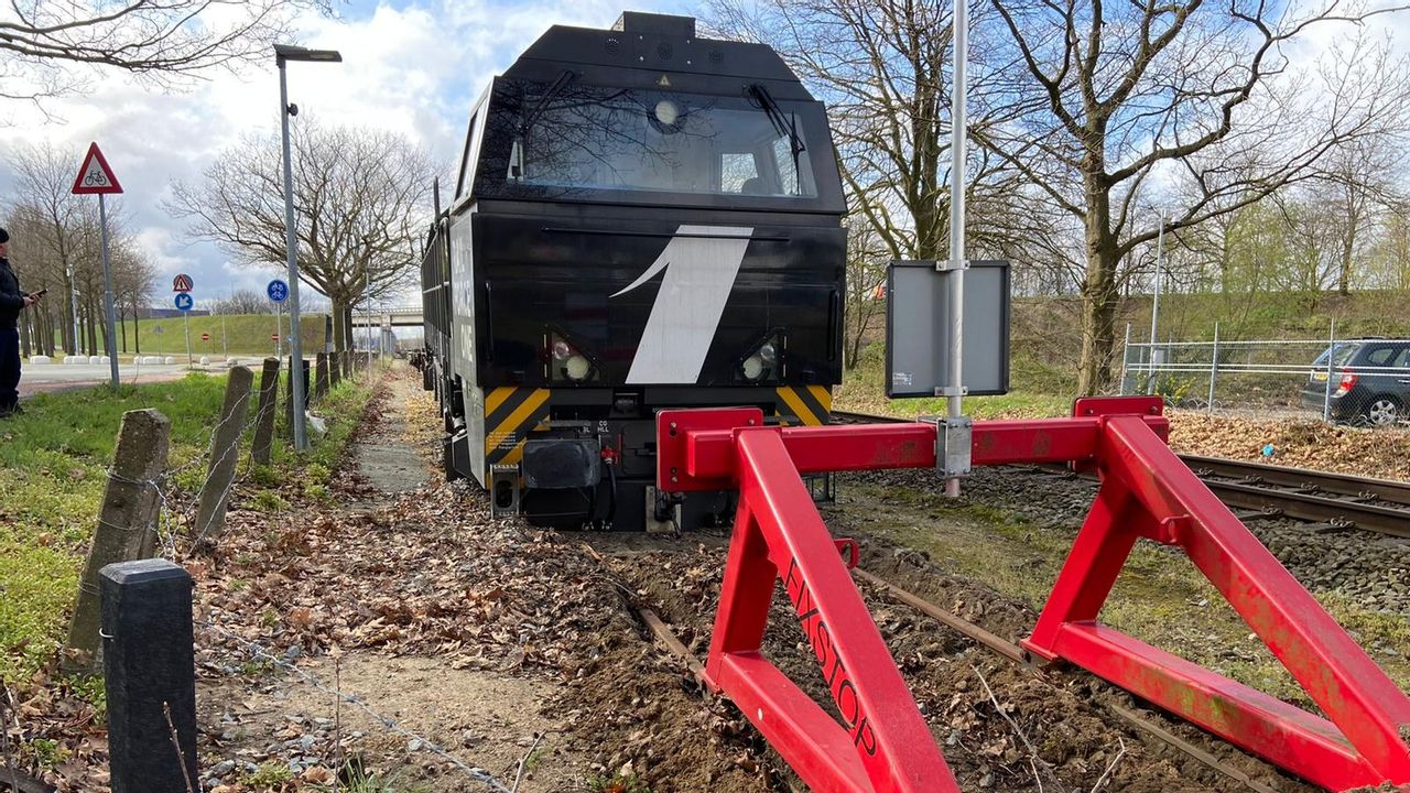 Locomotief ontspoort na botsing met stootblok