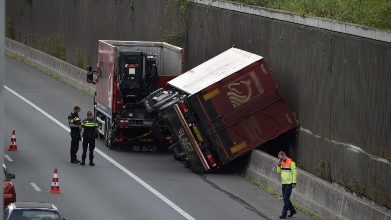 Rijbaan A73 dicht vanwege geschaarde vrachtwagen