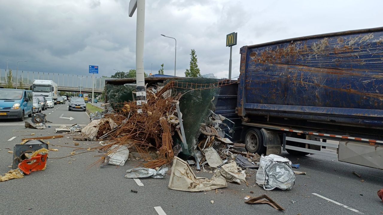 Vrachtwagen verliest lading op Venloseweg