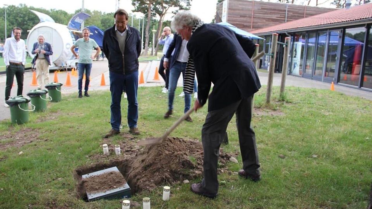 VHC symbolisch begraven tijdens laatste activiteit