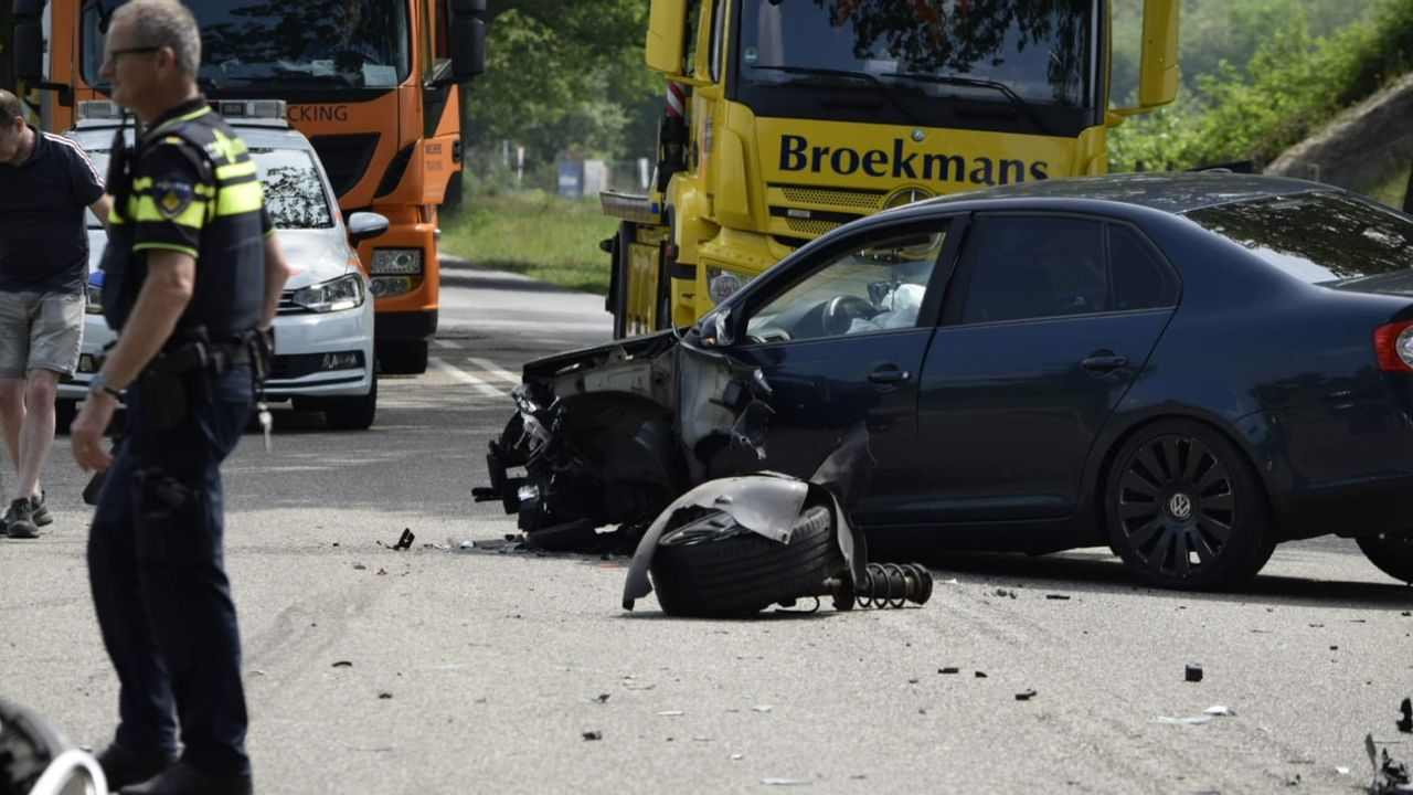 Gewonde bij frontale botsing op Venrayseweg